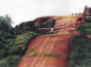 AMREF-plan som startar från landningsbana i en oerhört kuperad backe