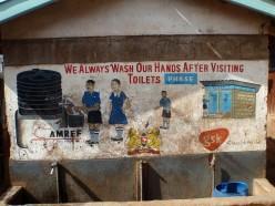 Utomhushandfat vid en vägg med en instruktiv väggmålning
