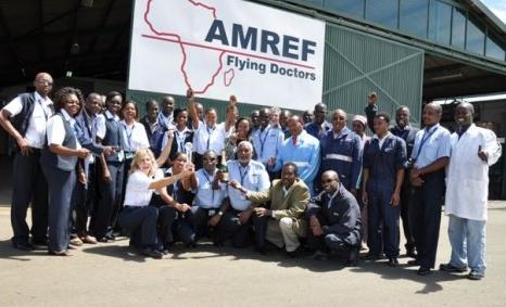 Hela teamet samlade för en gruppbild utanför Flying Doctors hangar i Nairobi
