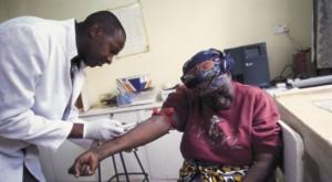 AMREF-läkare som ger en dam en spruta