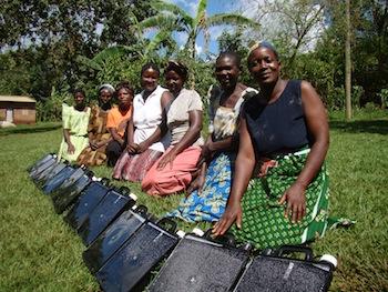 sju kvinnor med sina Slvattendunkar utlagda i gräset
