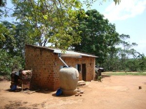 Water Jar utanför hus i Luweero