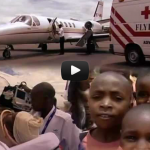 Se filmen om AMREF Flying Doctors