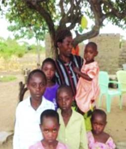 Margret Ikoko med sina barn