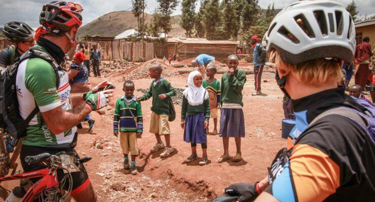 Internationellt cykellopp i Tanzania samlar in bidrag till Amref – svenska cyklister deltar